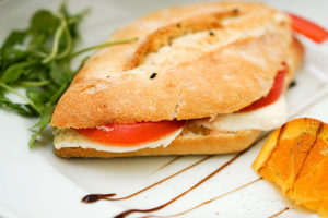 Il classico panino con la mozzarella: il panino con l'insalata caprese